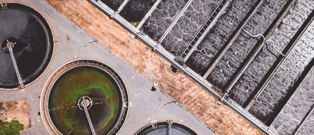 Kläranlage in Kanada in der Draufsicht (Symbolbild): Solche Objekte sind für einen geregelten Wasserhaushalt unverzichtbar|© Ivan Bandura / Unsplash.com