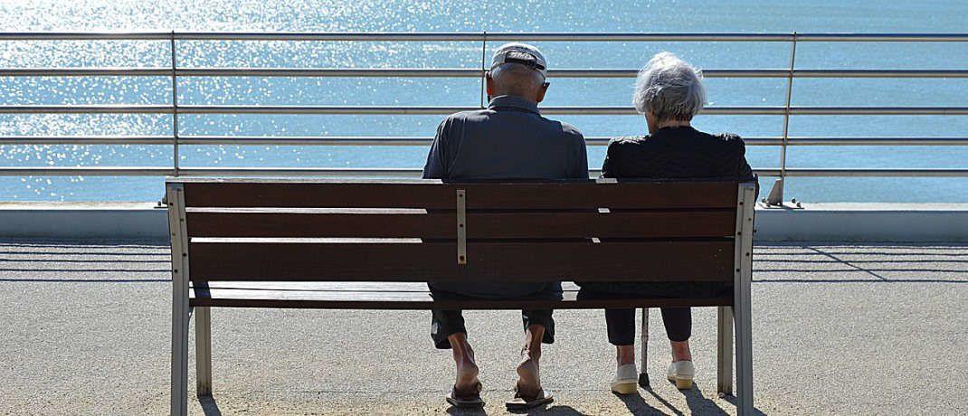 Rentner auf einer Bank blicken aufs Meer: Um ohne finanzielle Sorgen aufgrund einer zu geringen staatlichen Rente im Alter leben zu können, soll das Vorsorgekonto als Alternative zur staatlich geförderten Riester-Rente eingerichtet werden.