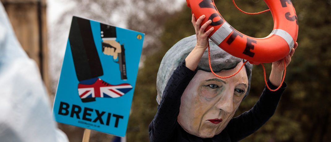 Anti-Brexit-Demonstration mit Theresa-May-Figur in London: Die jüngste Brexit-Abstimmung lässt die Börsen bislang kalt | © Getty Images