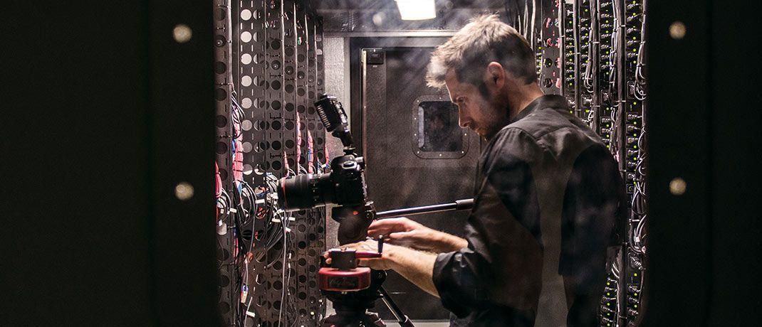 Techniker im Serverraum: Digitalisierung ist eines der beherrschenden Themen in der Finanzbranche. © jesse orrico/Unsplash