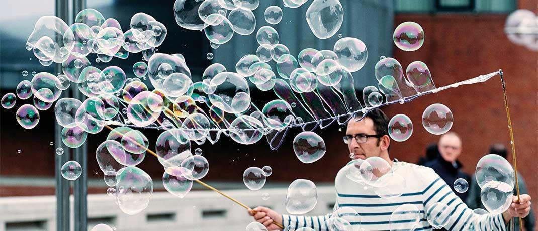 Mann mit Seifenblasen: Der neue Fonds investiert in viele kleinere Werte aus Europa mit einer Marktkapitalisierung von maximal 3 Milliarden Euro.