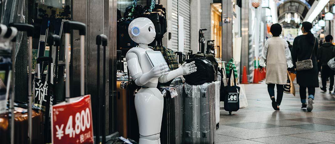 Der humanoide Roboter Pepper in einer belebten Einkaufsstraße in Japan: Der IT-Sektor spielt eine tragende Rolle im Aktienportfolio des ACATIS Aktien Global Fond.|© lukas/Unsplash