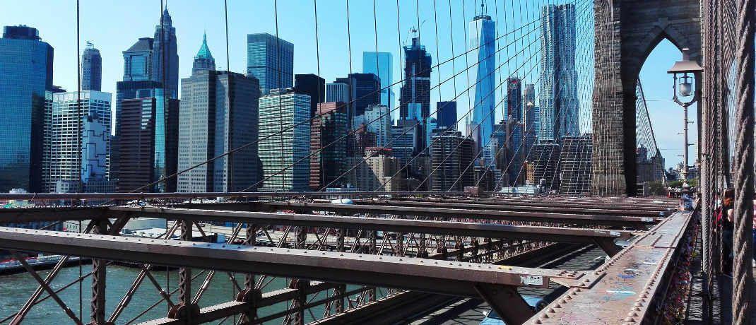Blick von der Brooklyn Bridge auf den Stadtteil Manhattan: Markus Schomer, Chefvolkswirt des New Yorker Vermögensverwalters Pinebridge Investments, blickt optimistisch auf die Konjunktur in den Vereinigten Staaten.|© Pixabay