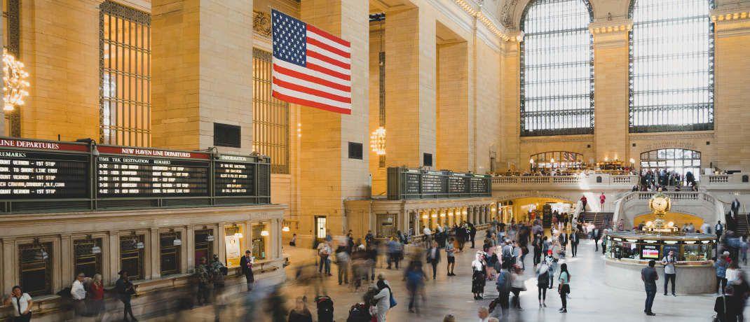 US-amerikanische Flagge: Die Geldpolitik in den Vereinigten Staaten entscheidet mit darüber, ob es zu einer Rezession kommt. Zu einer inversen Zinsstruktur wird es laut Sascha Werner vorerst nicht kommen.|© Kai Pilger