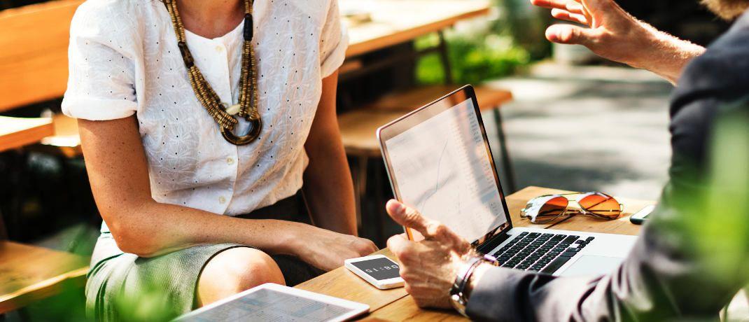 Technologie in der Finanzberatung: Swen Köster, Senior Vice President und Head of Sales bei Moventum, betont die Leistungen klassischer Berater, die bei ihrer Arbeit neben standardisierten Prozessen auch Erfahrungen einfließen lassen.|© rawpixel.com