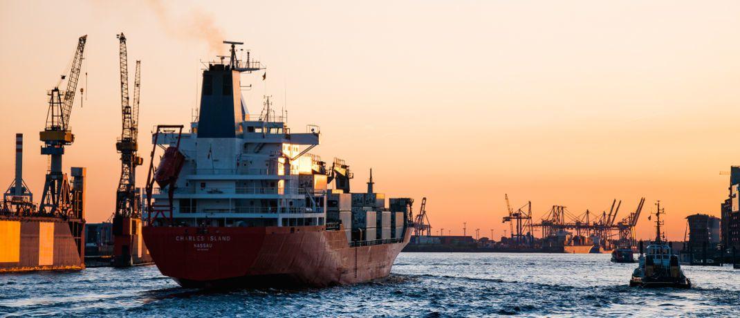 """Containerschiff: Rund 54.000 Anleger haben etwa 3,5 Milliarden Euro in P&R-Produkte investiert und warten nun auf ihr Geld. Denn das Geschäftsmodell weise """"Merkmale eines Schneeballsystems"""" auf, zitiert die Nachrichtenagentur DPA den Leitenden Oberstaatsanwalt. Von den vorgetäuschten 1,6 Millionen Containern seien nur rund 617.000 vorhanden. © Martin Damboldt"""