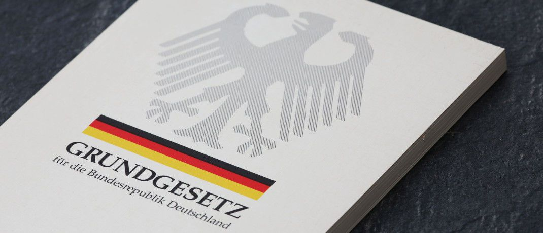 Grundgesetz: Das Deutsche Institut für Altersvorsorge (DIA) hat die Verankerung von Nachhaltigkeit und damit der Generationengerechtigkeit in der Verfassung gefordert.|© Tim Reckmann / <a href='http://www.pixelio.de/' target='_blank'>pixelio.de</a>