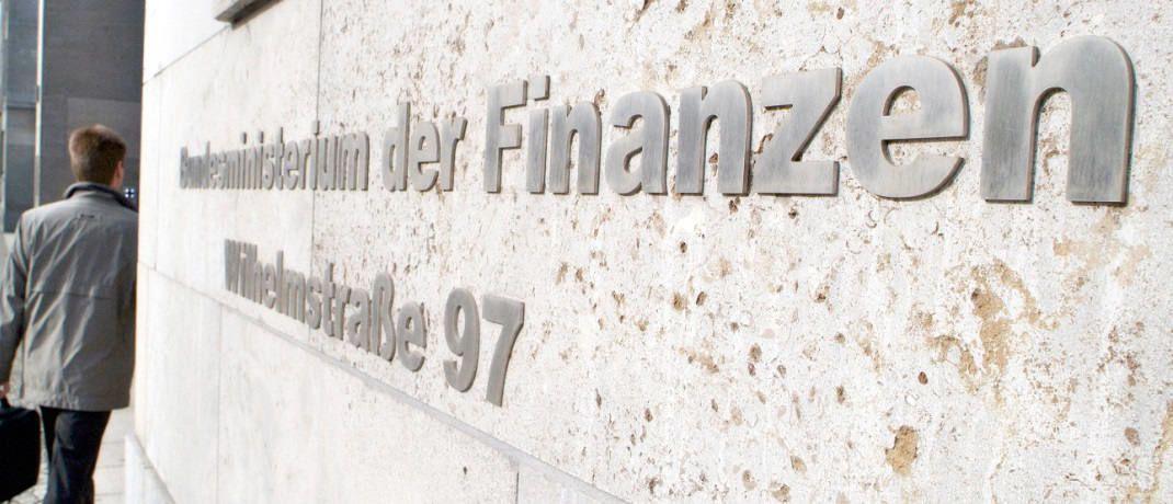 Ein Mann betritt das Bundesfinanzministerium in Berlin: Das Ministerium hat aktuelle Zahlen zur Nutzung der staatlichen Förderung der Riester-Rente vorgelegt. |© BMF/Hendel