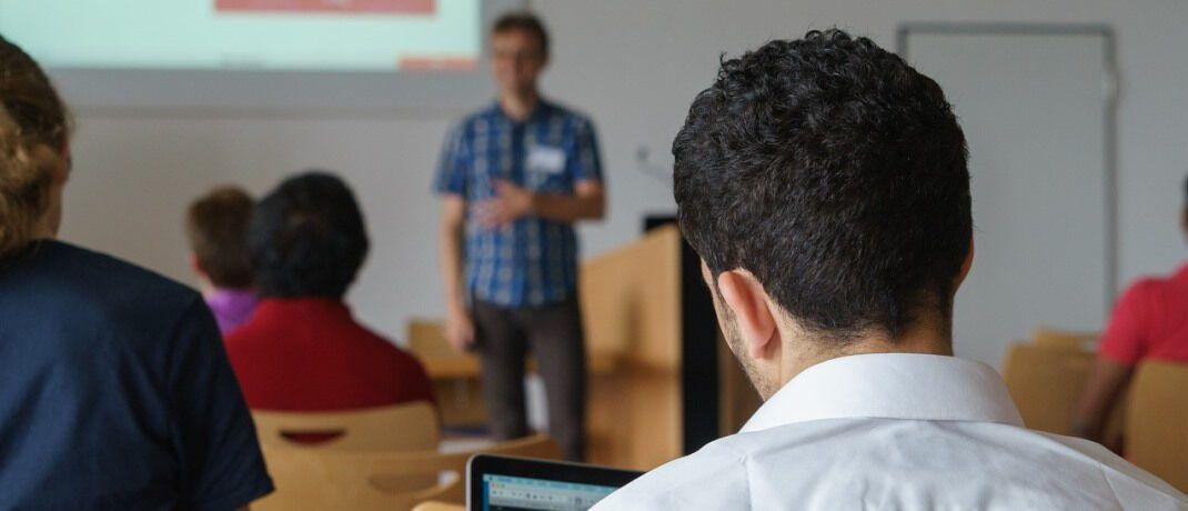 Junge Leute beim Unterricht: Die große Mehrheit der Deutschen ist dafür, dass Lehrer ihren Schülern finanzielles Wissen vermitteln.  © Pixabay