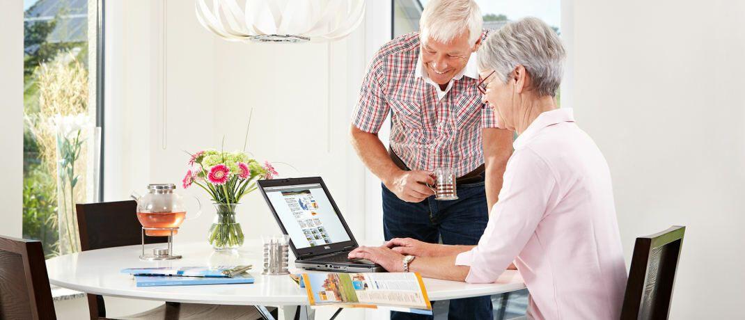 Senioren an einem Laptop. Nicht mehr als jeder fünfte Über-50-Jährige habe bei Ruhestand und Nachlass richtig vorgesorgt, heißt es von der Initiative Ruhestandsplanung.|© Axa