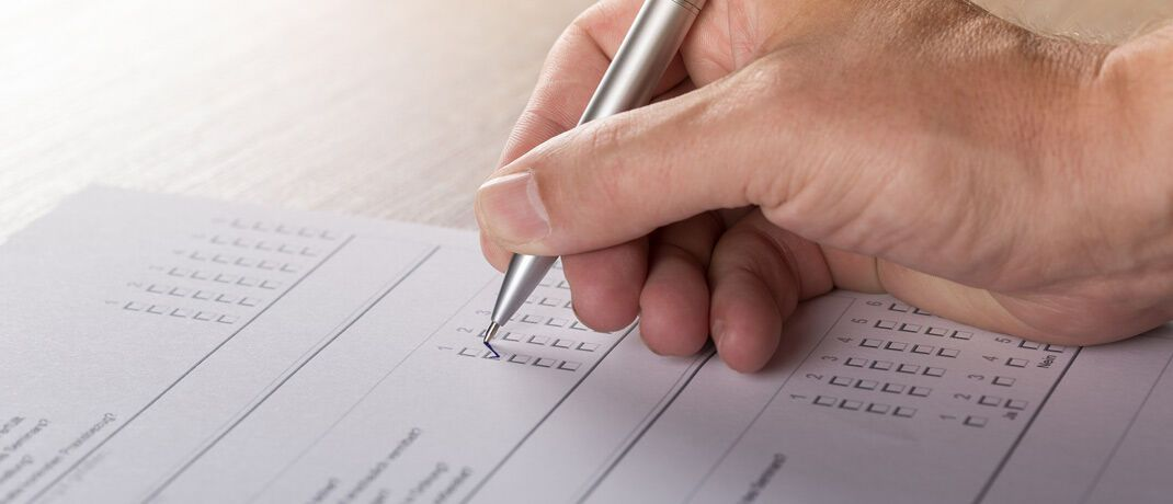 Bewertungsbogen ausfüllen: Kunden stellen ihren Vermögensverwaltern ein überwiegend gutes Zeugnis aus.