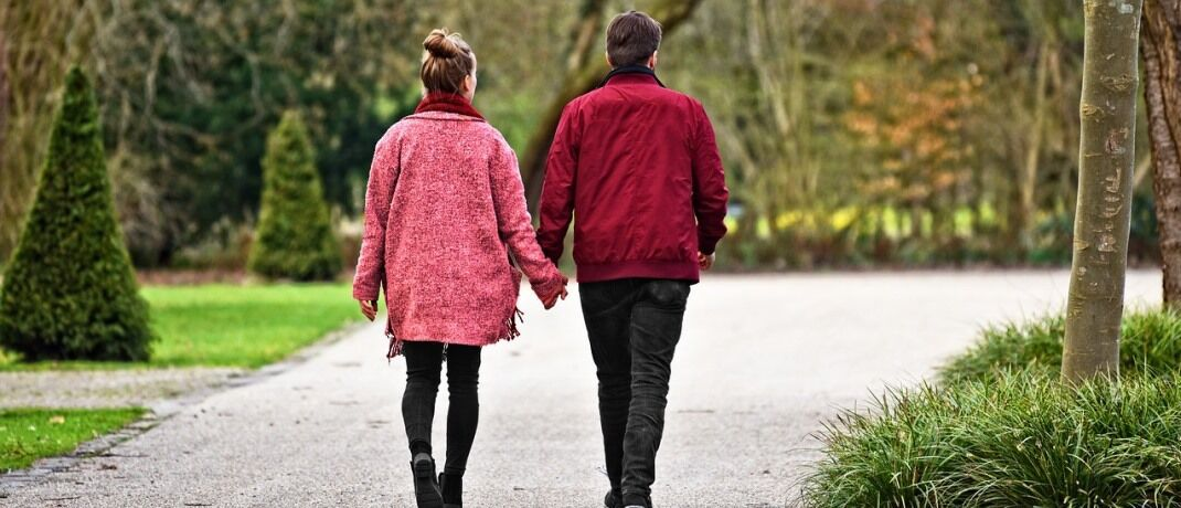 Ein Pärchen beim Spaziergang: Die Geschlechter denken in Sachen Finanzen verschieden.