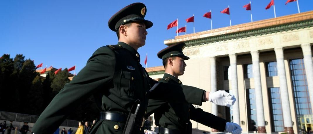 Soldaten vor dem Nationalen Volkskongress in Peking: Die kommunistische Partei versucht derzeit, die Lage in China zu beruhigen.  | © Getty Images