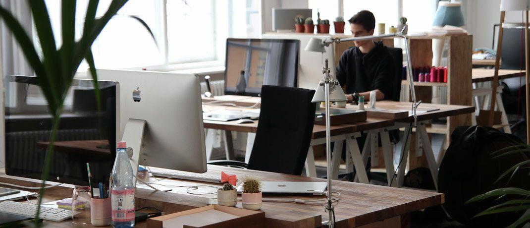 Büroräume mit mehreren Arbeitsplätzen: Investec hat das Frankfurter Büro aufgrund der wachsenden Zahl an Mitarbeitern in größeren Räumlichkeiten verlegt. © Pixabay