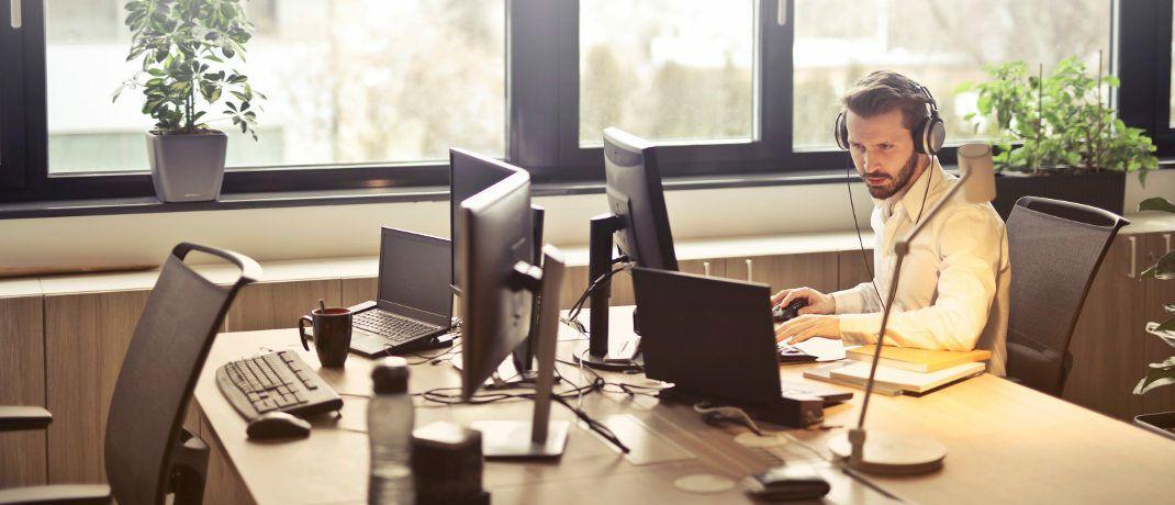 Weniger Arbeitsplätze besetzt: An den Schreibtischen der Versicherer sitzen immer weniger Beschäftigte. |© bruce mars