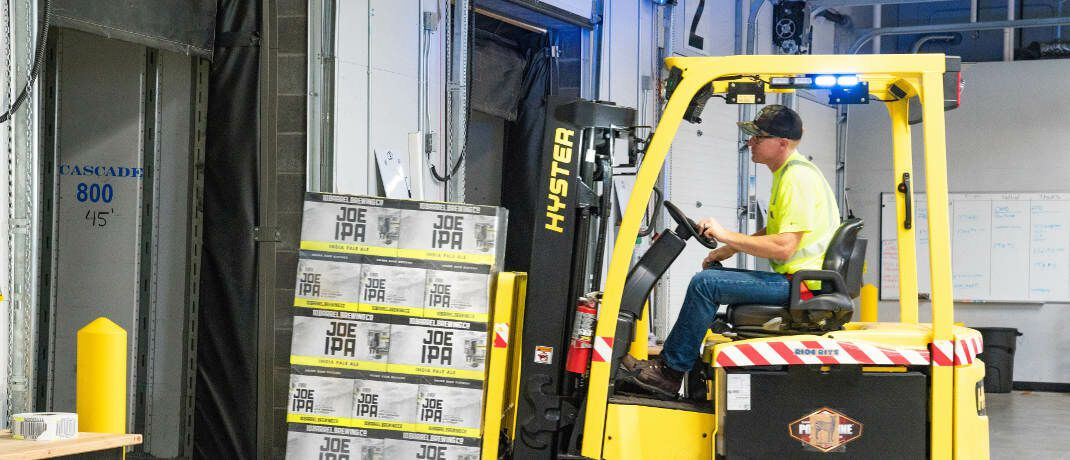 Lagerarbeiter: Das 2018 in Kraft getretene Betriebsrentenstärkungsgesetz (BRSG) sollte vor allem Mitarbeitern kleiner und mittelständischer Unternehmen einen unbürokratischeren Abschluss einer betrieblichen Altersversorgung (bAV) ermöglichen.|© ELEVATE