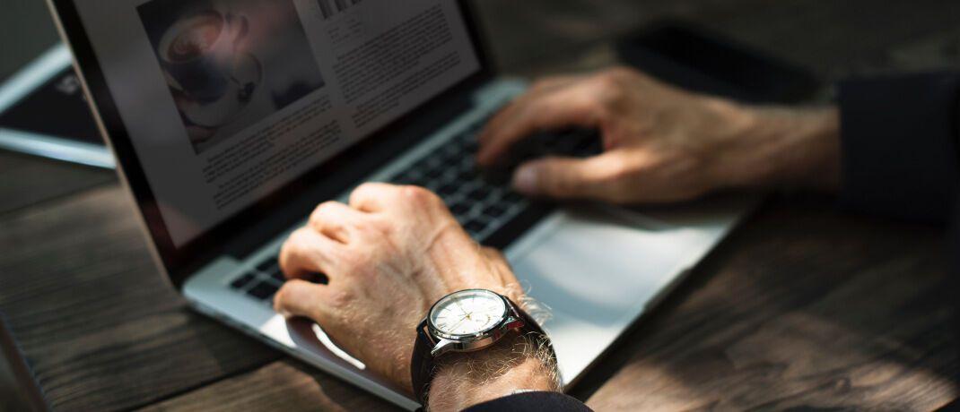 Arbeiten am Laptop: Vertrieb der RheinLand Versicherungs AG vermittelt Altersvorsorgeprodukte künftig über Jung, DMS & Cie.|© rawpixel.com