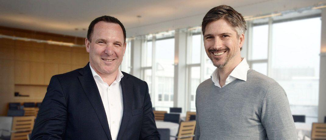 Jens Hasselbächer (l.) und Tim Kunde: Der Vorstand Vertrieb und Marketing bei der R+V und der Mitgründer und Geschäftsführer von Friendsurance Business haben eine Zusammenarbeit vereinbart.|© Alecto GmbH