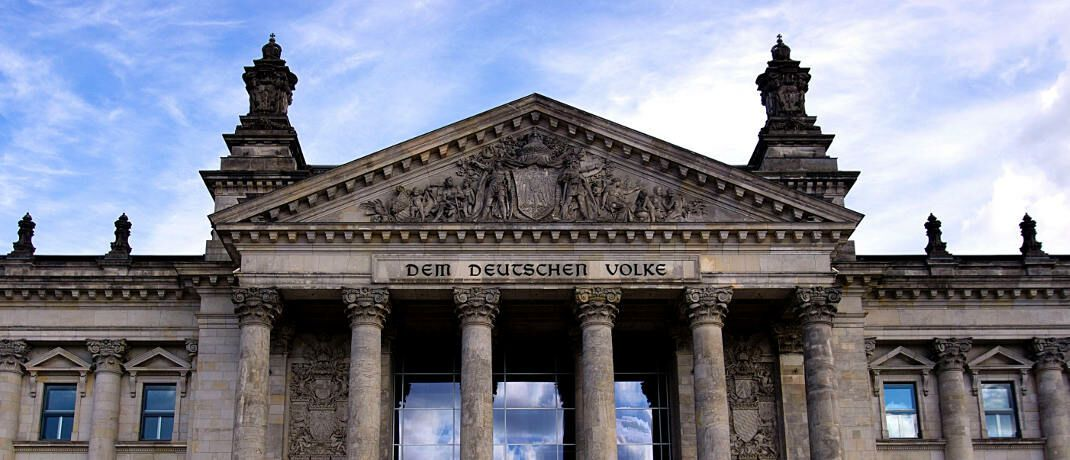 Reichstagsgebäude in Berlin: Rechtsanwalt Martin Klein, Geschäftsführender Vorstand beim Votum Verband Unabhängiger Finanzdienstleistungs-Unternehmen in Europa, setzt auf das Nein der Arbeitsgruppe Finanzen in der CDU/CSU-Bundestagsfraktion gegen den vorliegenden Gesetzesentwurf für einen so genannten Provisionsdeckel.|© Ingo Joseph