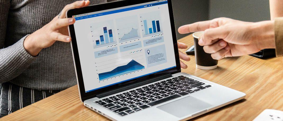 Datenanalyse: Trotz fortschreitender Digitalisierung wird der Mensch in der Versicherungsbranche nicht ersetzt werden können.|© rawpixel.com