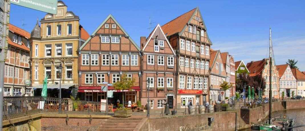 Historische Häuser am Hansehafen in Stade. Der Landkreis bietet laut