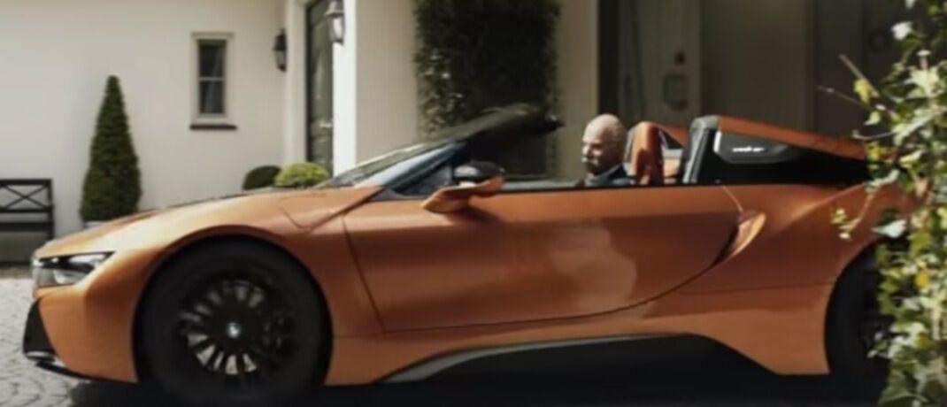 Ex-Daimler-Chef Dieter Zetsche im BMW-Cabrio: Der Münchener Autobauer verabschiedet Zetsche mit einem lustigen Werbevideo|© Youtube