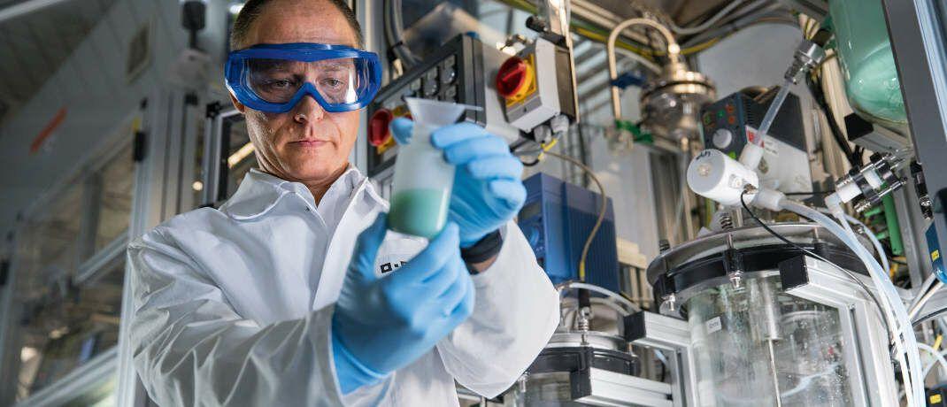 Ein BASF-Physiktechniker forscht an der Herstellung von Lithium-Ionen-Batterien. Die deutsche Wirtschaft könnte einbrechen, befürchtet DZ-Bank-Chefökonom Michael Holstein.|© BASF