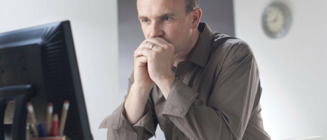 Berater vor einem Bildschirm. Viele Mitarbeiter der Bankenbranche sind mit ihren Arbeitsbedingungen nicht glücklich. |© Axa