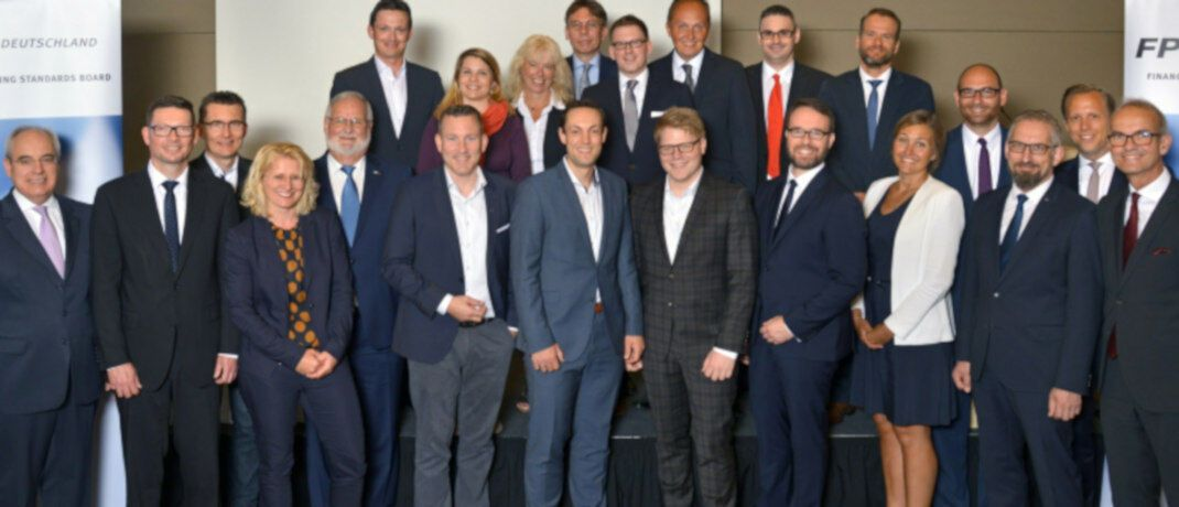 Feierstunde: FPSB-Vorstandsvorsitzender Rolf Tilmes (links), Beisitzer Peter Asmussen (5. von links), der 2. Vorsitzende Carsten Mittermüller (3. von rechts), FPSB-Schriftführer Maximilian Kleyboldt (rechts) sowie einige Zertifikatsträger.|© FPSB Deutschland