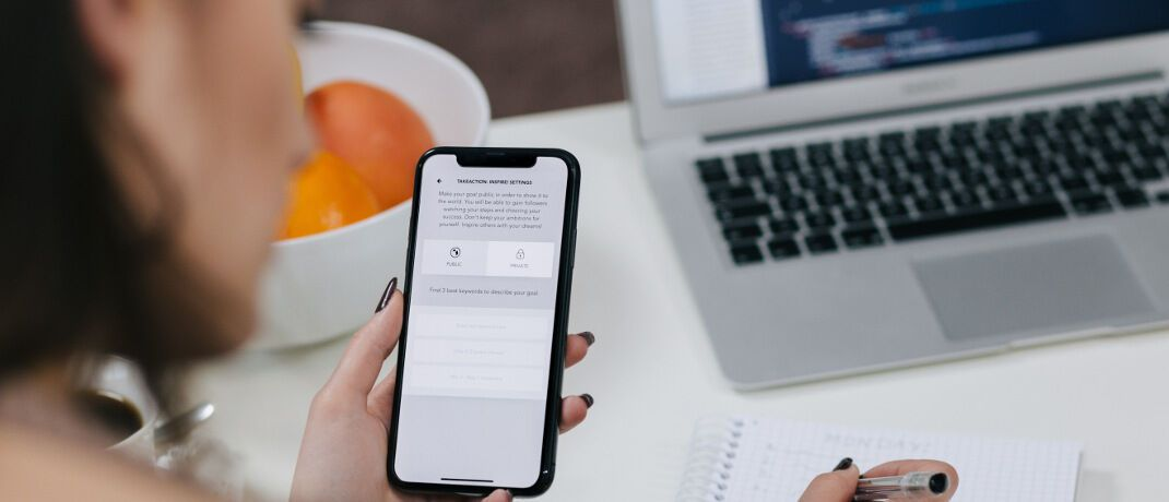 Smartphone und Laptop statt Papier: Das US-Insurtech Lemonade ist seit Juni am deutschen Markt vertreten.|© freestocks.org