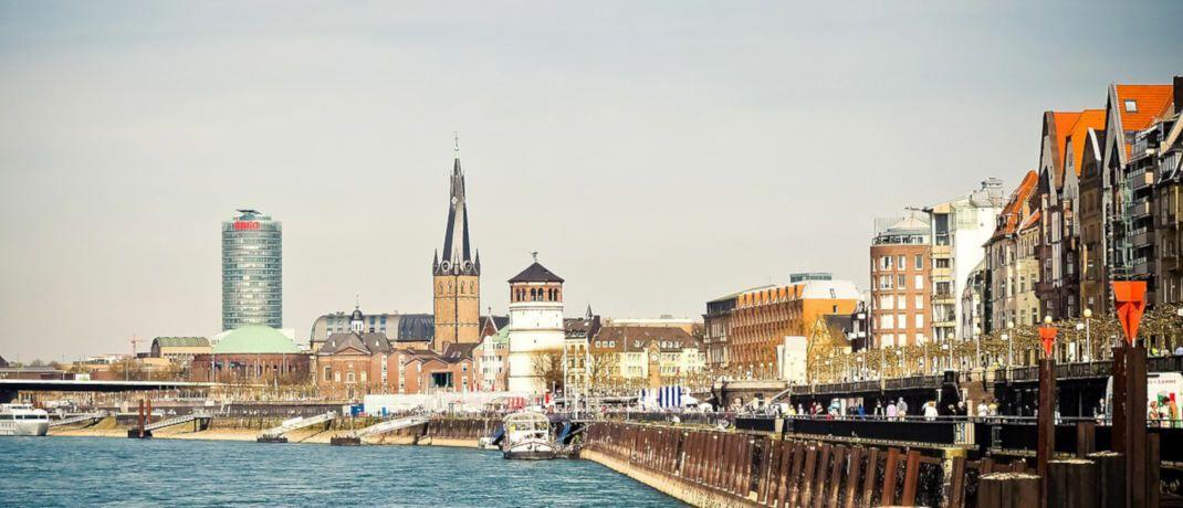 Rheinpromenade in Düsseldorf - eine der drei A-Städte, in denen Durchschnittsverdiener sich laut Postbank noch Wohneigentum leisten können.|© Michael Gaida / Pixabay