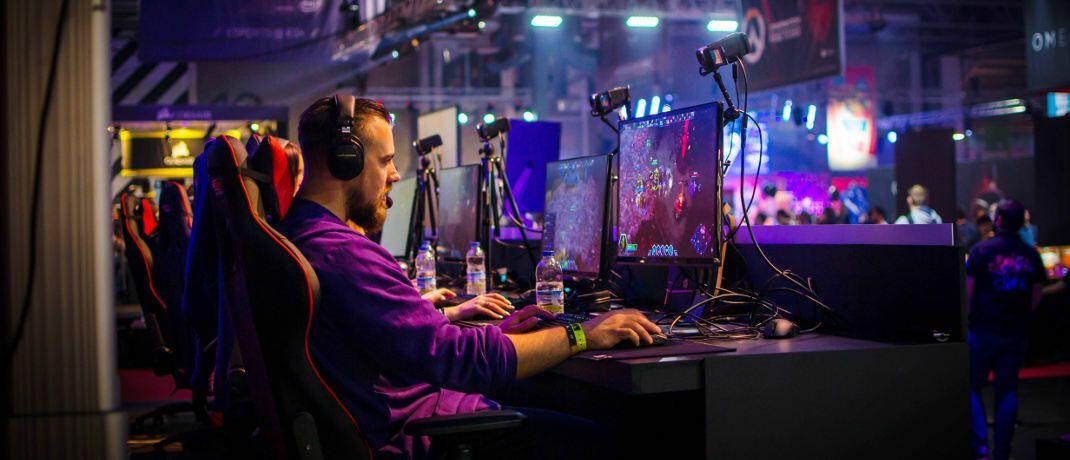 """E-Sport: Der Videospielmarkt wächst laut ETF-Anbieter Vaneck rasant, sowohl im Spiele- als auch im Eventbereich. Denn: """"E-Sports hat Videospiele aus dem Wohnzimmer in die Stadien gebracht."""""""