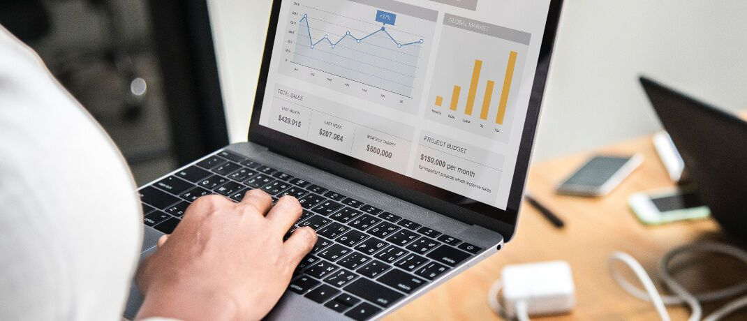 Vertrieb der Zukunft: Fast jeder zweite Versicherer sieht sich technologisch und organisatorisch besser aufgestellt als seine direkten Wettbewerber. Nur 12 Prozent sehen sich in einer schwächeren Position.|© rawpixel.com