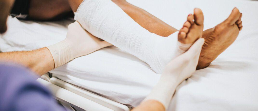 Krankenpflege: Auch ein Unfall ist mit der richtigen Versicherung kein Beinbruch.