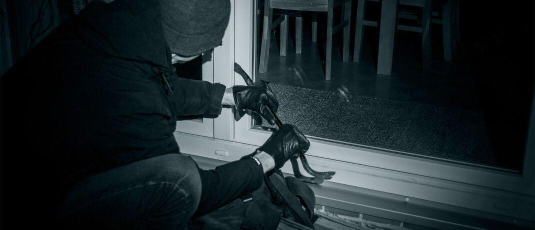 Einbrecher: Den finanziellen Schaden eines Einbruchdiebstahls deckt die Hausratversicherung ab.