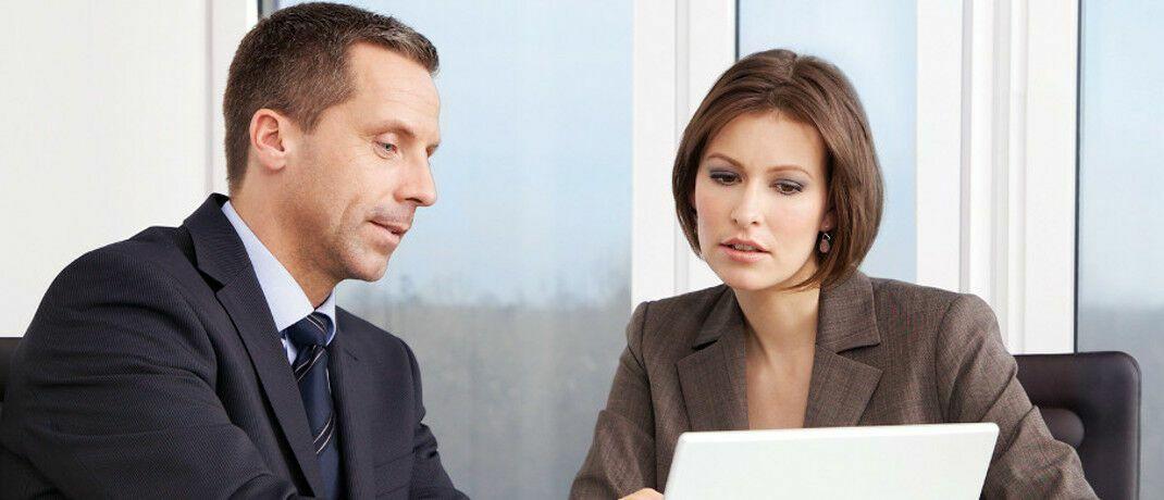 Ein Beratungsgespräch: Die Zahl der Finanz- und Versicherungsvermittler in Deutschland ist leicht gestiegen.|© MLP