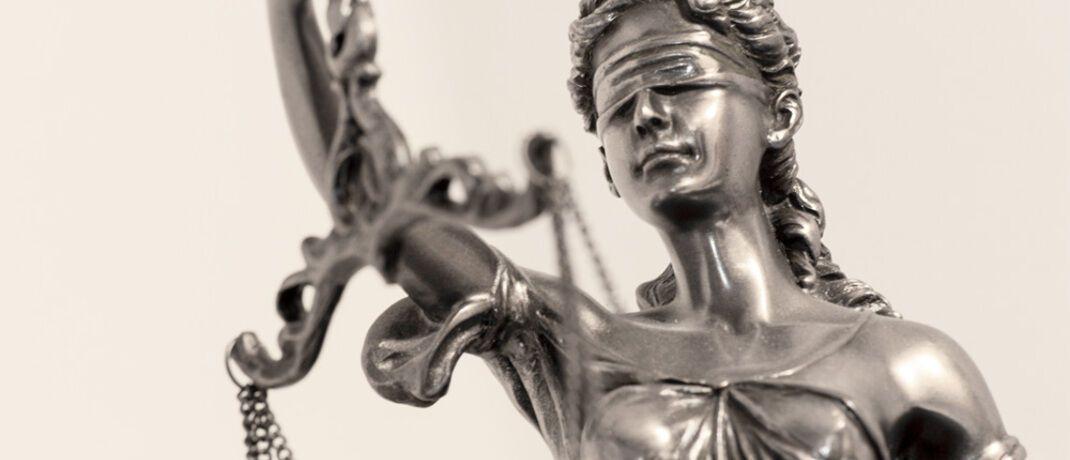 Justitia: Die Rechtsschutzversicherung übernimmt Anwaltskosten und sonstige Gerichtskosten. Versicherte können so ihr gutes Recht durchsetzen, ohne sich finanzielle Sorgen machen zu müssen.|© Thorben Wengert  / <a href='http://www.pixelio.de/' target='_blank'>pixelio.de</a>