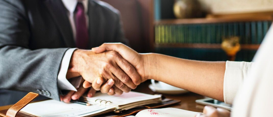 Vertragsschluss: Auf dem Weg in Richtung Maklerschaft ist einiges zu beachten, schreibt Michael Bade, Geschäftsführer des Maklerverbunds Status.|© rawpixel.com
