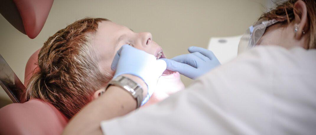 Untersuchung beim Zahnarzt: Das 2015 in Berlin gegründete Insurtech Dentolo verfügt über ein Netzwerk aus etwa 500 Zahnmedizinern. Sie kooperieren künftig mit der DA Direkt, die ihren Kunden künftig besseren Service bieten will.|© Pixabay