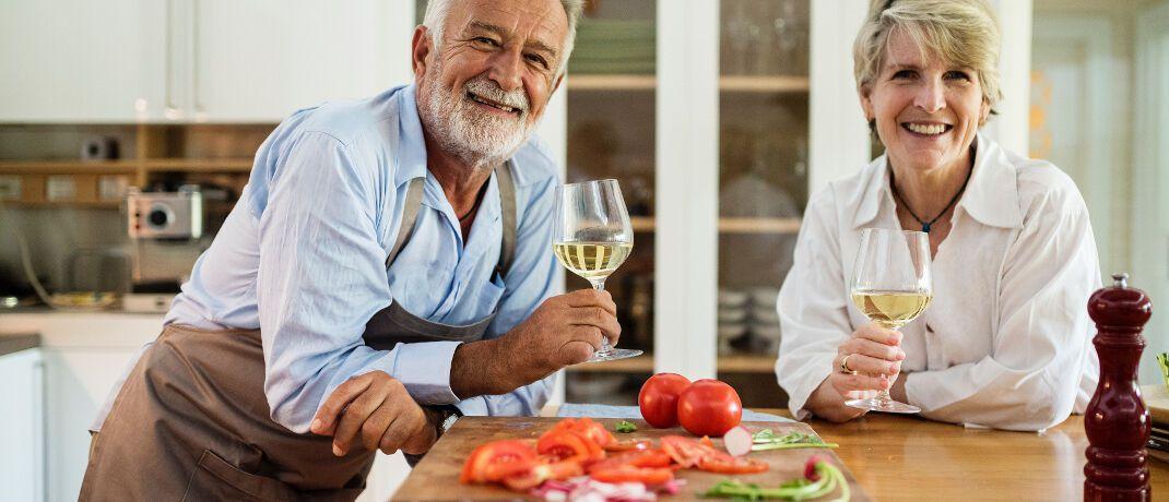 Senioren in den eigenen vier Wänden: Nicht alle deutschen Immobilienbesitzer im Rentenalter können aus dem Vollen schöpfen.