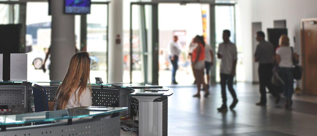 Angestellte in einer Empfangshalle: Die Zurich Gruppe Deutschland fragt im Bereich Personalverantwortung beispielsweise nach der Zahl der geführten Mitarbeiter. © PhotoMIX Ltd.