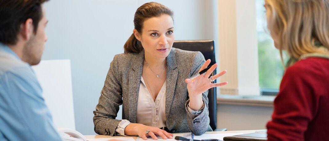 Beratungsgespräch. Die aktualisierte FinVermV, Tätigkeitsgrundlage für Finanzanlagenvermittler, liegt vor. Sie muss jetzt noch den Bundesrat passieren.|© DVAG