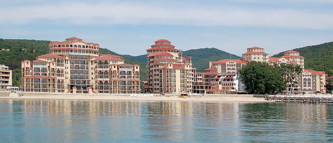 Hotelkomplex am Sonnenstrand in Bulgarien: In dem südosteuropäischen EU-Staat kommen deutsche Auswanderer mit ihren Alterseinkünften besser über die Runden.|© Horst Schröder / <a href='http://www.pixelio.de/' target='_blank'>pixelio.de</a>