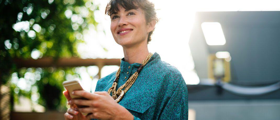 Frau mit Smartphone: Viele Insurtechs setzen auf Versicherungsabschlüsse über das Internet.|© rawpixel.com
