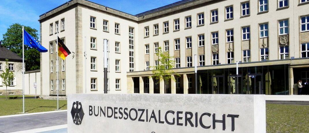 Eingang zum Bundessozialgericht in Kassel: Die Richter urteilten, dass einige Wahltarife deutscher Krankenkassen rechtswidrig sind.|© Bundessozialgericht, Dirk Felmeden