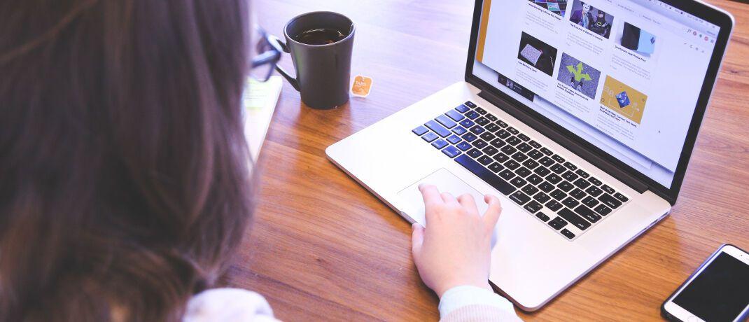Arbeit am Laptop: Maklerpartner von Policen Direkt können ihren Kunden eine hybride Beratung bieten: beim persönlichen Besuch oder per Telefon, E-Mail und Online-Portal – auch während der Makler im Urlaub ist oder krankheitsbedingt ausfällt. |© startup-photos