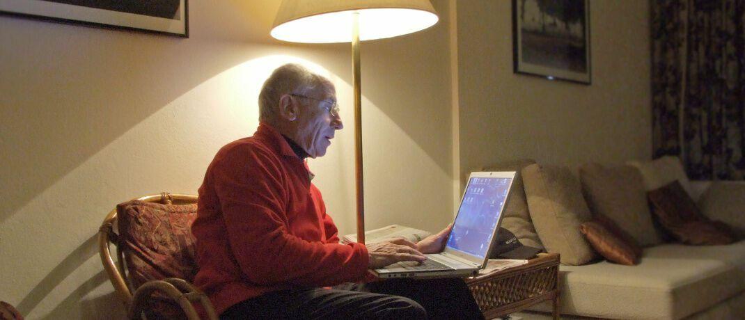 Älterer Mann an seinem Laptop: Finanztransaktionssteuer darf Altersvorsorge nicht belasten, fordern Versicherungsverbände.|© Rainer Sturm / <a href='http://www.pixelio.de/' target='_blank'>pixelio.de</a>