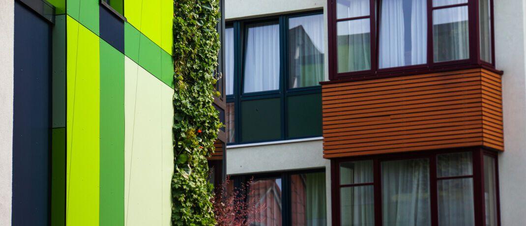 """Hausfassaden. Immobilien lassen sich am besten in Form von Reits in ein Anlageportfolio holen, findet Rolf Kieckebusch. © Rainer Sturm/<a target=""""_blank"""" href=""""https://www.pixelio.de/"""";>Pixelio.de</a>"""