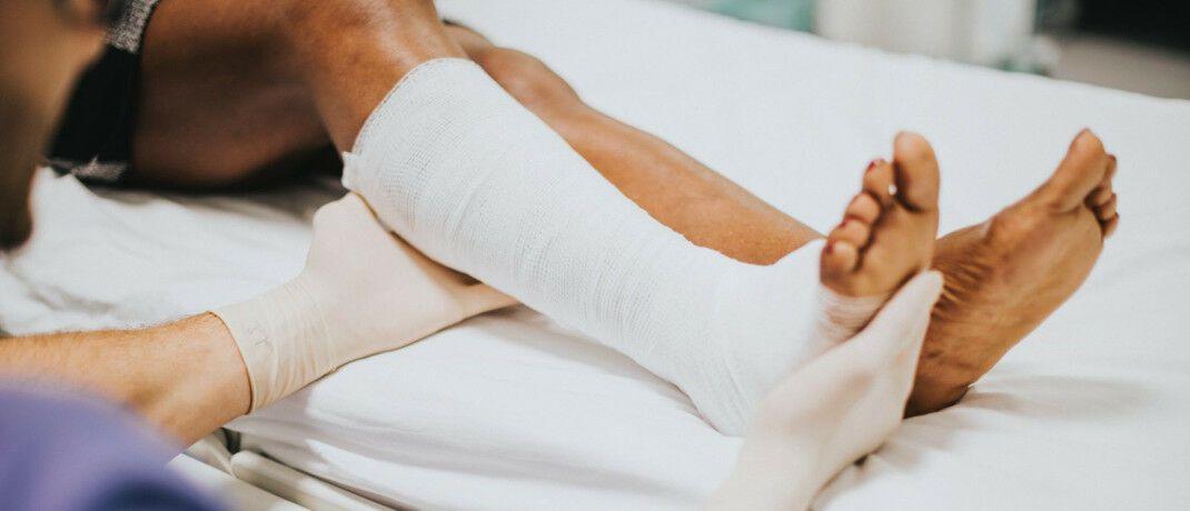 Beinbruch als Unfallfolge: Die Mehrheit der Deutschen sind in der Freizeit unzureichend gegen Unfälle versichert.