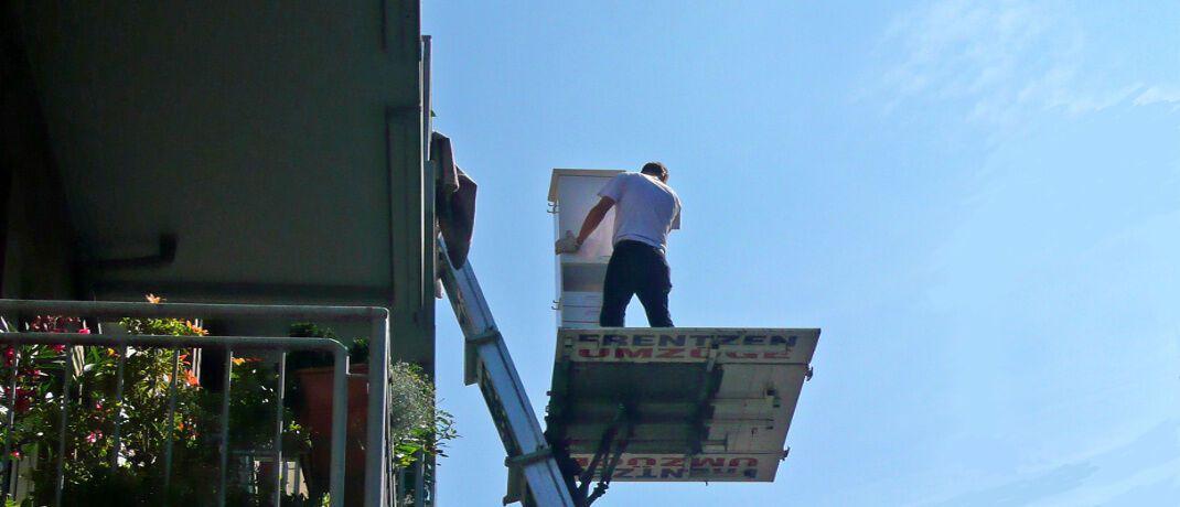 """Umzugshelfer mit Möbellift. Wie beim Wechsel der Wohnung sollten Verbraucher auch bei der Depotübertragung darauf achten, dass wirklich alle Gegenstände mitkommen.  © Gabi Schoenemann/<a target=""""_blank"""" href=""""https://www.pixelio.de/"""";>Pixelio.de</a>"""